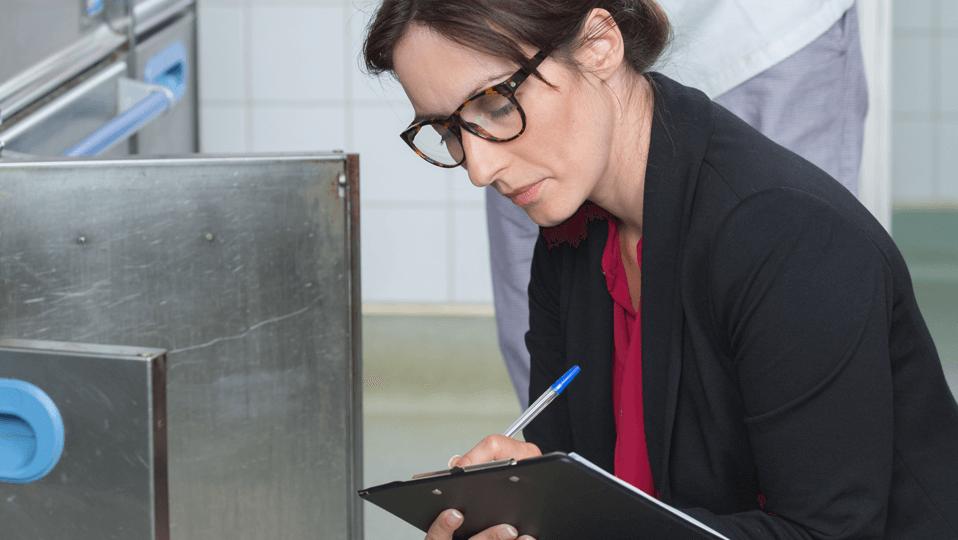 eSmileys livsmedelsspecialister genomför en detaljerad genomgång av din verksamhet