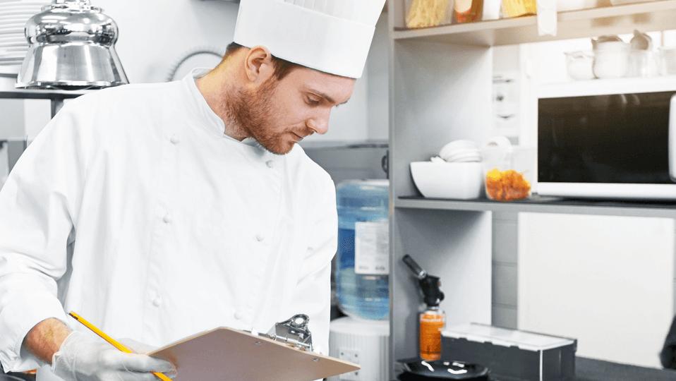 Kock utför internrevision i sitt kök